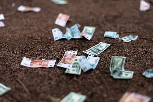 деньги на земле