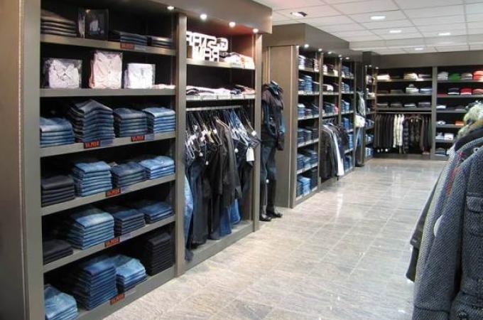 модная одежда в магазине