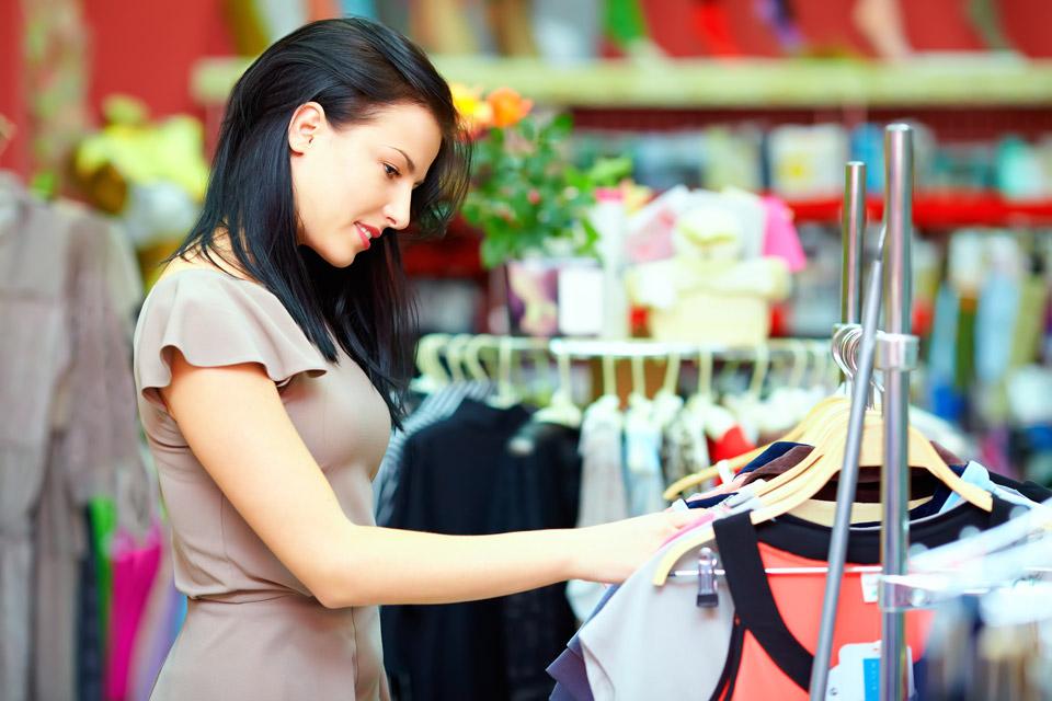 покупка одежды в магазине