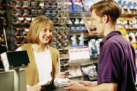 улыбаться покупателю