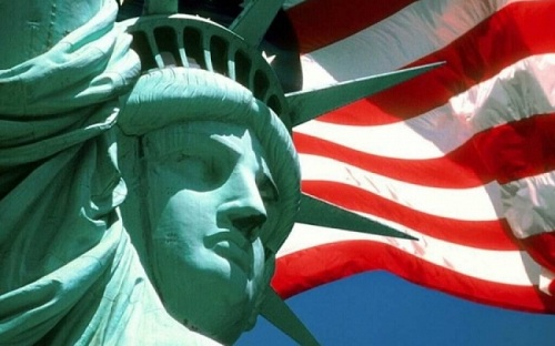 статуя свободы и флаг