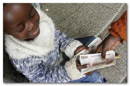 зимбабвийский попрошайка получает деньги