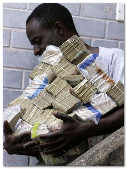 зимбабвийский миллиардер с кучей денег