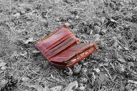 кошелек лежит на земле