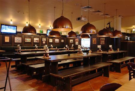 столики для посетителей магазина разливного пива