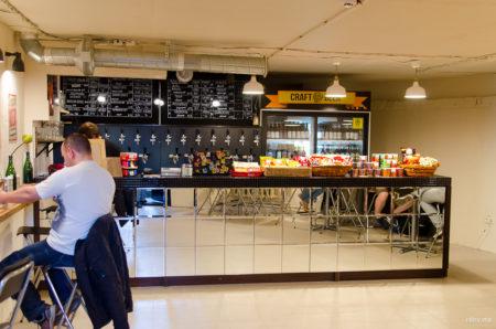столики, совмещенные с барной стойкой в пивном магазине